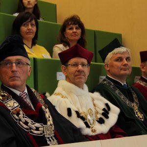 Prof. Marcin Pałys, rektor UW (drugi z lewej) i prof. Andrzej Kudelski, dziekan Wydziału Chemii UW (trzeci z lewej).