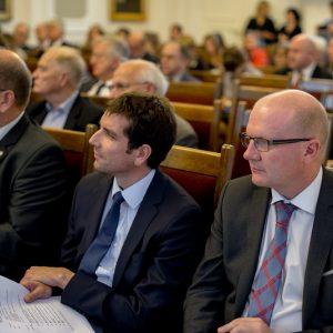 Prof. Andrzej Tarlecki, prorektor UW, dr Stanley Bill, kierownik studiów polskich w Cambridge, i dr hab. Maciej Duszczyk, prorektor UW.