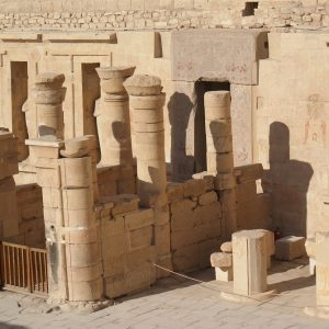 Portyk Ptolemejski przed wejściem do sanktuarium. Fot. M. Jawornicki.