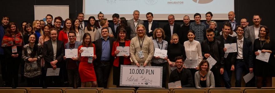Uczestnicy drugiej edycji BraveCamp wraz z jurorami. Fot. Inkubator UW