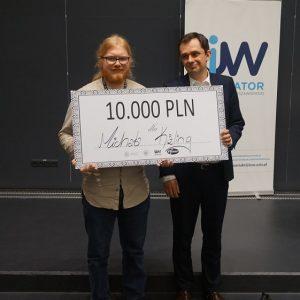Zwycięzca drugiej edycji BraveCamp – Michał Kizling (po lewej) z przedstawicielem sponsora. Fot. Inkubator UW