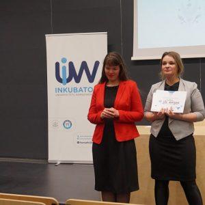 Uczestniczka BraveCamp – Nina Łazarczyk (po lewej) wraz z Barbarą Holli z Inkubatora UW. Fot. Inkubator UW