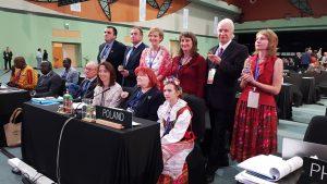 Polska delegacja podczas 13. sesji Międzyrządowego Komitetu ds. Ochrony Niematerialnego Dziedzictwa Kulturowego UNESCO (trzecia od lewej, w drugim rzędzie: dr Hanna Schreiber z WNPiSM UW). Fot. Meg Normgard