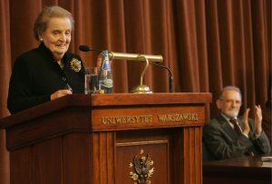 """Prof. Madeleine Albright podczas """"Debaty Tischnerowskiej"""" na UW (24.04.2008). Fot. Wojciech Olkuśnik/Agencja Gazeta"""