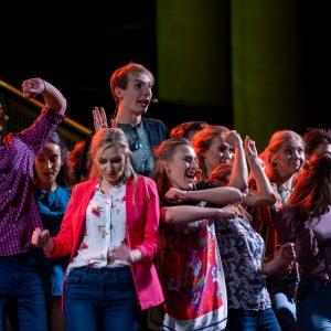 Artyści Teatru Hybrydy UW podczas koncertu urodzinowego uczelni w listopadzie 2018