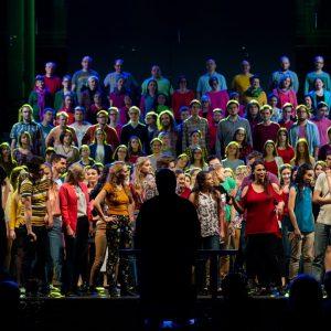 Artyści zespołów artystycznych UW m.in. Teatru Hybrydy UW podczas koncertu urodzinowego uczelni w listopadzie 2018 roku.