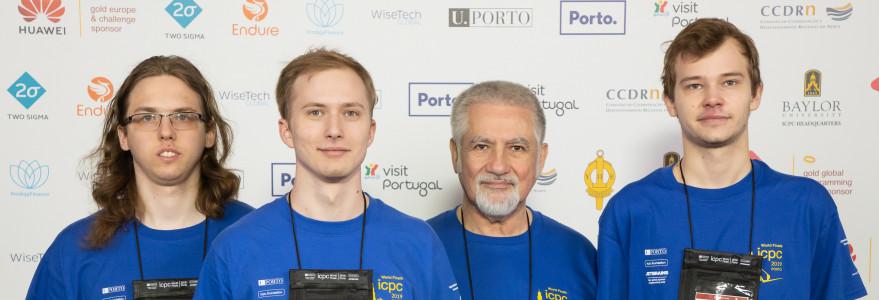 Reprezentacja UW podczas ACM-ICPC 2019. Od lewej: Konrad Paluszek, Jakub Boguta, prof. Jan Madey, Mateusz Radecki. Fot. Bob Smith/icpcnews.com