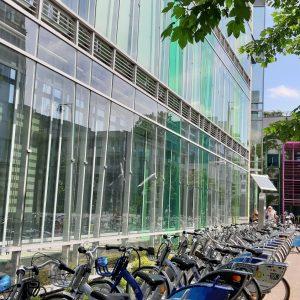 W budynku przy ul. Dobrej 55, naprzeciwko Biblioteki Uniwersyteckiej, działa Biuro ds. Osób Niepełnosprawnych UW.