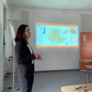 Dr Michela Gaudiello prezentująca polskim naukowcom założenia badawcze projektu w Etiopii podczas seminarium CAŚ UW. Fot. A. Chlebowski