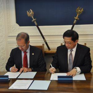 Prof. Marcin Pałys, rektor UW i Dr. Chung-Ming KUAN, prezydent NTU podpisali umowę o współpracy pomiędzy UW i NTU.