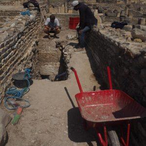 Sondaż T1 w ulicy między domami rzymskimi sięgający najstarszych śladów osadnictwa z V, IV w. p.n.e.. Fot. T. Waliszewski