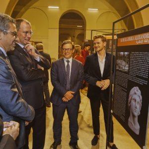 Dr Artur Obłuski, dr Patryk Chudzik oraz dr Sabah Abd El-Razeq oprowadzają po wystawie dr. Michała Łabendę oraz p. Moamena Osmana (fot. M. Jawornicki)