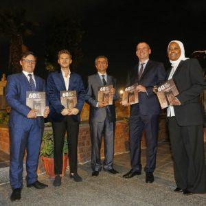 Katalog wystawy. Na zdjęciu od lewej: dr Artur Obłuski, dr Patryk Chudzik, Moamen Osman, Sabah Abd El-Razeq, dr Michał Łabenda (fot. M. Jawornicki)