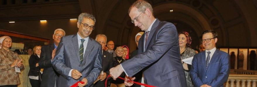 Uroczyste przecięcie wstęgi przez p. Moamena Osmana, Dyrektora Sektora Muzeów Ministerstwa Starożytności Egiptu oraz JE dr Michała Łabendę, Ambasadora RP w Egipcie (fot. M. Jawornicki)