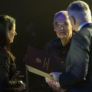 Prof. Oded Stark odbiera nagrodę podczas gali. Fot. Wojtek Szabelski. Źródło: strona UMK.