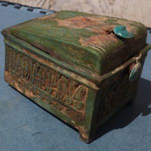 Fajansowa skrzyneczka odnaleziona obok królewskiego depozytu w Deir el-Bahari. Fot. A. Niwiński.