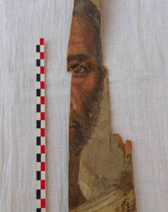 Fragment tzw. portretu fajumskiego odnaleziony w ramach Misji Skalnej. Fot. A. Niwiński.