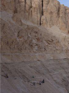 Czyszczenie zboczy świątyni Totmesa III w ramach Misji Skalnej. Fot. A. Niwiński.