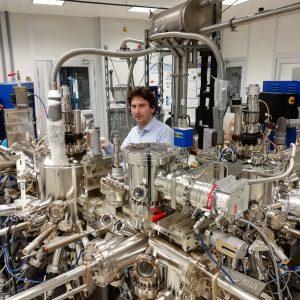 Dr hab. Wojciech Pacuski w laboratorium epitaksji z wiązek molekularnych (MBE). Źródło: Wydział Fizyki UW. Fot. B. Seredyński.