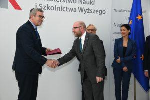 Dr hab. Maciej Duszczyk podczas odbioru aktu powołania na członka KPN. Fot. MNiSW.