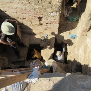 Mury świątyni zachowane są na ponad 4 m, a pod zniszczonymi podłogami sanktuarium z okresu rzymskiego znajduje się jeszcze 1,5 m 'krypty' w fundamentach ptolemejskiego przybytku. W 'krypcie' dokumentowany jest właśnie fragment ptolemejskiej inskrypcji z I w. p.n.e. (Fot. I. Zych / CAŚ UW)