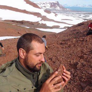 Dr Grzegorz Niedźwiedzki trzymający w ręku fragment skały z żuchwą prassaka Kalaallitkigun jenkinsi. Fot. Andrzej Wolniewicz.