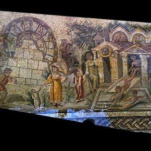 Mozaika z Apamei w Syrii została skradziona podczas nielegalnych wykopalisk w 2011 roku. Obecnie jest poszukiwana przez Interpol. Jest to aktualnie najstarsze przedstawienie koła wodnego (norii) w starożytności z czasów Konstantyna Wielkiego (306-337 n.e.), o 150 lat starsze od dotąd znanego wyobrażenia, znalezionego również w Apamei. Autor nieznany. Źródło: DGAM.