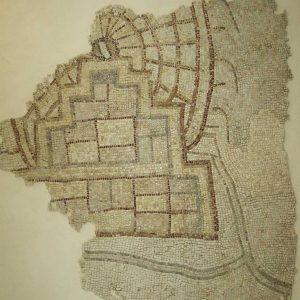Mozaika z Apamei w Syrii, z portyku południowego cardo maximus ukazująca koło wodne (norię) z 469 r. n.e., dotychczas uważane za najstarsze przedstawienie tego typu. Mosaïque d'Apamée représentant une noria. © Musée de Hama/https://archeorient.hypotheses.org/3936.