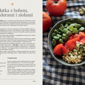 """Przepis na sałatkę z bobem, pomidorami i ziołami. Źródło: """"Botaniczny od Kuchni. Smaczne poniedziałki, czyli sezonowość przez cały rok"""" / Ogród Botaniczny UW."""
