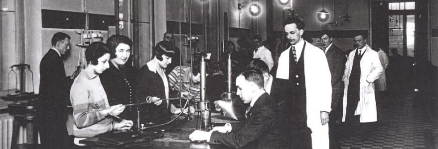 Zdjęcia archiwalne, źródło: Wydział Fizyki UW Pracownia Zakładu Fizyki UW przy ul. Hożej 69.