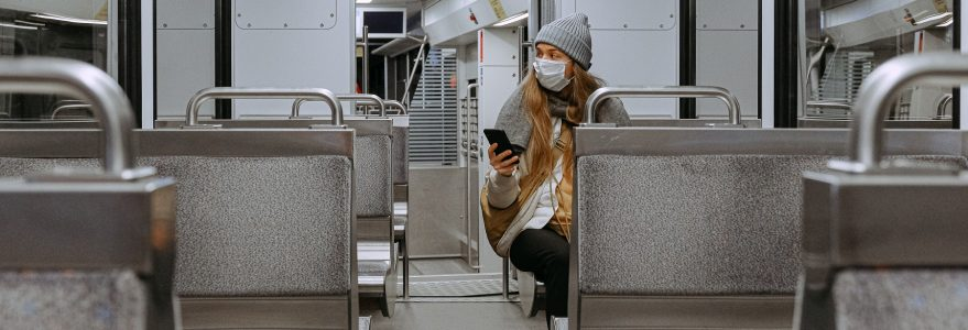 Zdjęcie, kobieta w maseczce w metrze. Anna Shvets, Pexels.com, licencja Creative Commons