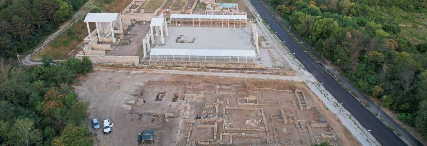 Archeolodzy z Uniwersytetu Warszawskiego odsłonili dwa unikatowe kompleksy zabudowy: drewniane baraki I kohorty legionu VIII Augusta oraz monumentalny, luksusowy kompleks Domu Centuriona.