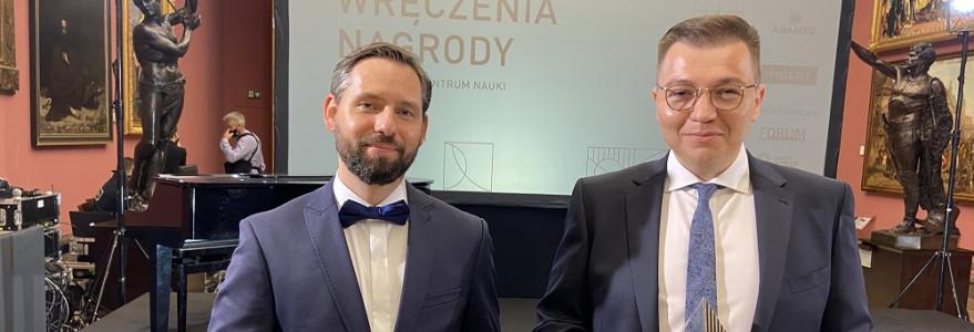 6 października w Galerii Sztuki Polskiej XIX wieku w Sukiennicach odbyła się uroczystość wręczenia Nagrody NCN 2020 i 2021. Na zdjęciu laureaci Nagrody NCN: dr Paweł Polkowski i dr hab. Michał Tomza.
